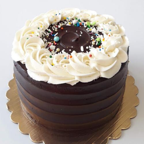 Pastel de Chocolate cubierto con Ganache de Chocolate y buttercream