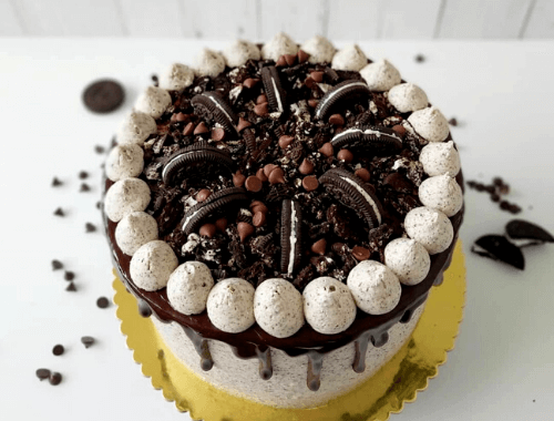 Pastel de Chocolate decorado con buttercream de oreo